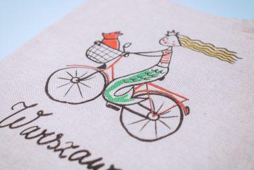 2021 08 11 668 1 370x247 - Szara torba z syrenką na rowerze