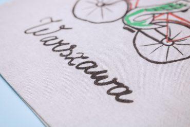 2021 08 11 669 1 370x247 - Szara torba z syrenką na rowerze